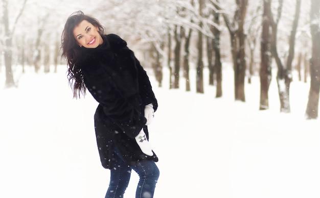 Een jong verliefd stel op een wandeling in een sneeuwpark