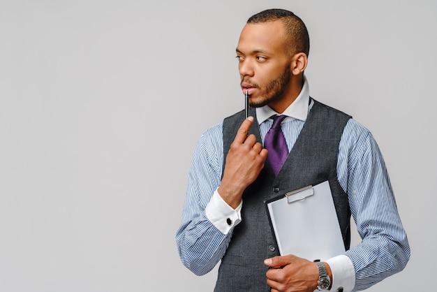 Een jonge afro-amerikaanse man met map en pen