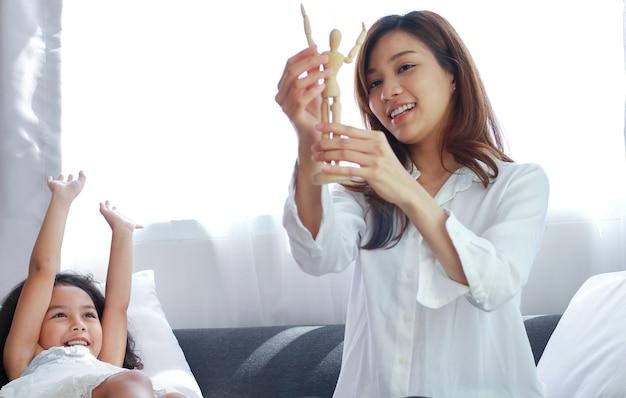Een jonge aziatische moeder en dochter hebben plezier op vakantie.