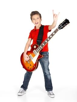 Een jonge blanke jongen zingt en speelt op de elektrische gitaar met heldere emoties, isolatade op wit