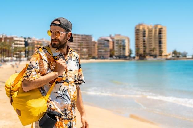 Een jonge buitenlandse toerist op playa del cura in de kustplaats torrevieja, alicante, valenciaanse gemeenschap
