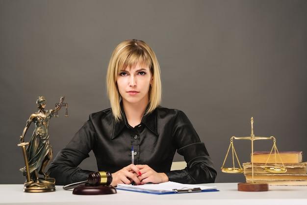 Een jonge, eerlijke vrouwenrechter werkt in haar kantoor.