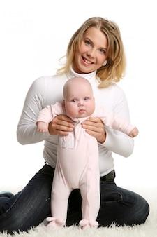 Een jonge en mooie baby in roze