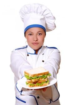 Een jonge en mooie chef-kok met een glimlach