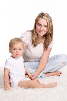 Een jonge en mooie moeder met kind