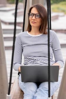 Een jonge en zelfverzekerde vrouwelijke blogger of marketeer communiceert met haar publiek of leidt een live
