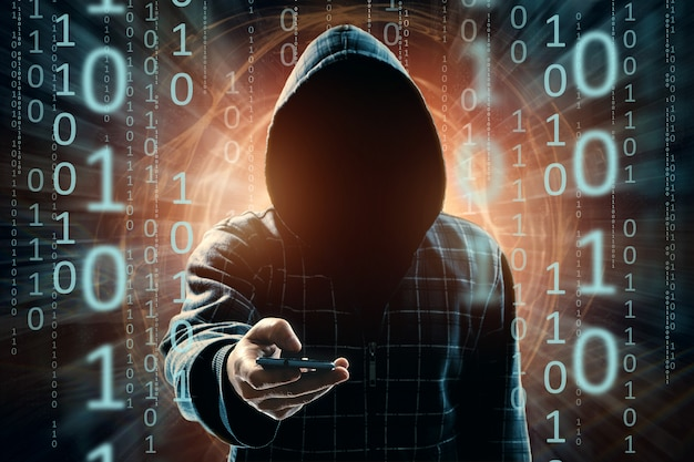 Een jonge hacker met capuchon hackt een smartphone, een hackeraanval, een silhouet van een man, gemengde media