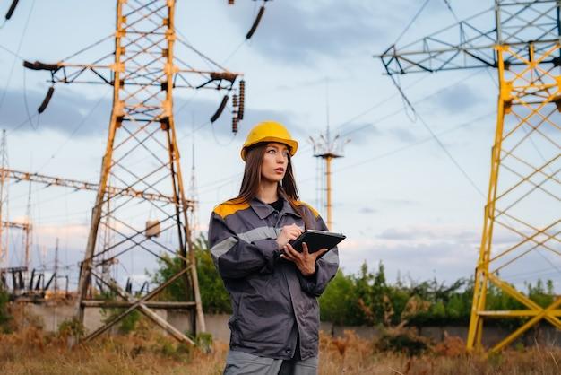 Een jonge ingenieur inspecteert en controleert de uitrusting van de hoogspanningslijn. energie.