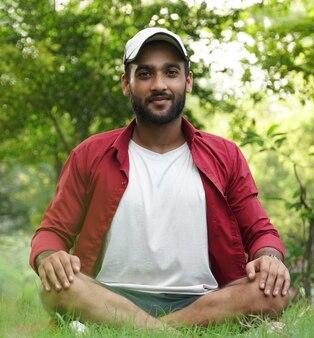 Een jonge jongen in het park voor meditatie
