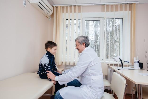 Een jonge jongen wordt beluisterd en behandeld door een ervaren arts in een moderne kliniek. een virus en een epidemie.
