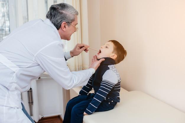Een jonge jongen wordt beluisterd en behandeld door een ervaren arts in een moderne kliniek