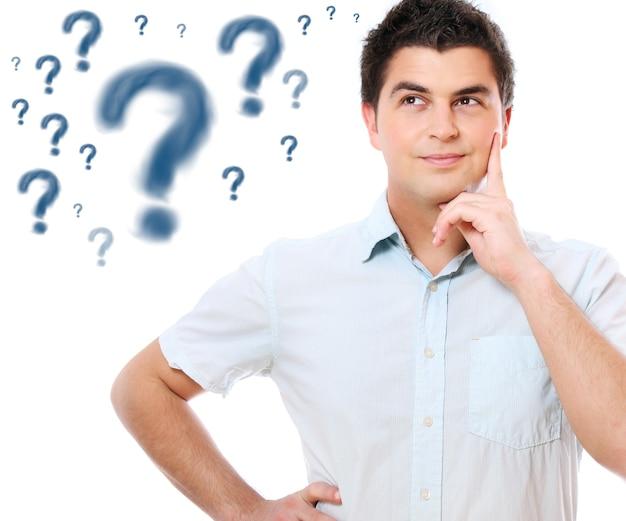 Een jonge knappe man met vragen over witte achtergrond