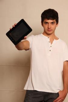 Een jonge, latijnse man met een tablet-pc, gezicht in focus