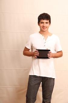 Een jonge, latijnse man met een tablet-pc
