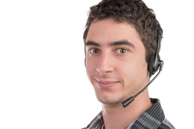 Een jonge man die aan het meldpunt werkt