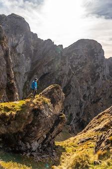 Een jonge man die geniet op de top van de berg van aiako harria