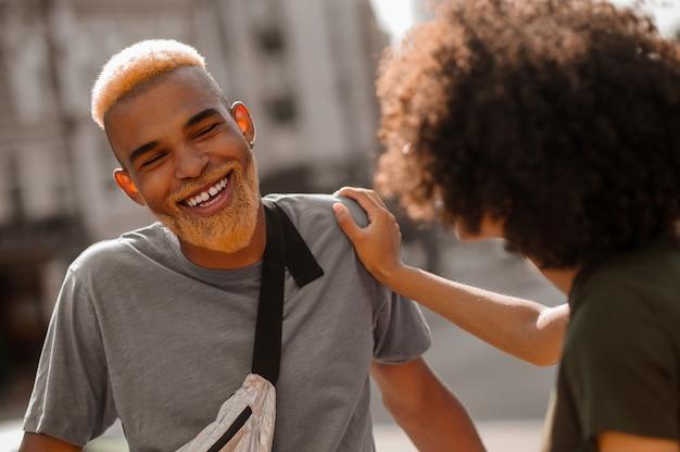 Een jonge man en een vrouw op straat genieten van de dag