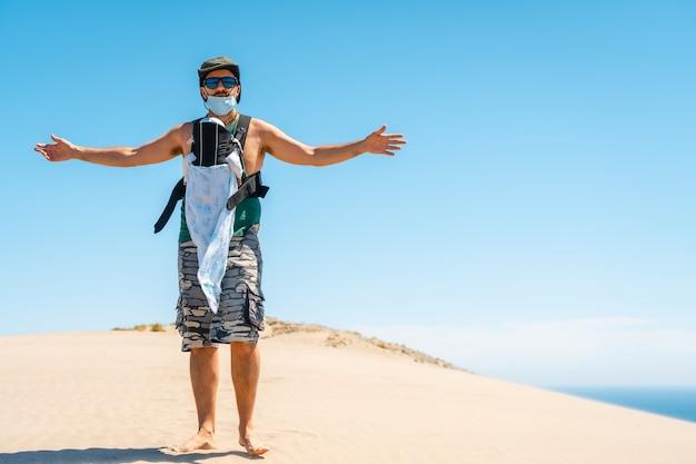 Een jonge man geniet van de vakantie met zijn zoon op de zandduin op het strand van monsul in het natuurpark cabo de gata, san jose, almeria