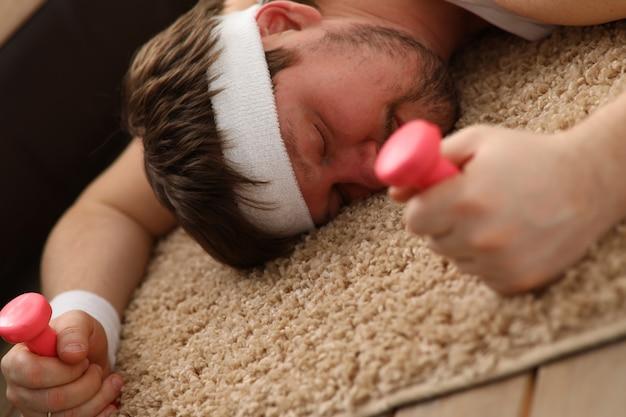 Een jonge man hield zich bezig met fitness thuisportrai