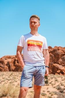 Een jonge man in valley of fire nevada verbazingwekkende vormen van rode stenen