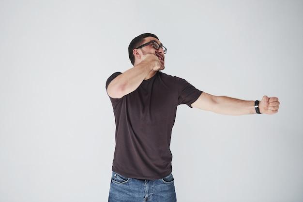 Een jonge man in vrijetijdskleding sloeg zichzelf op de vuist in het gezicht.