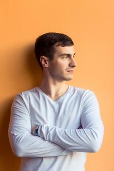 Een jonge man in witte slijtage