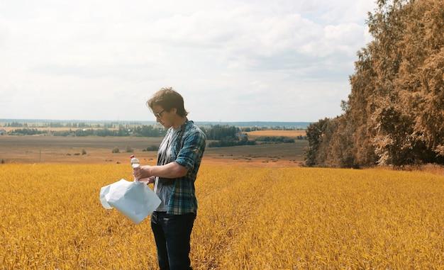 Een jonge man kijkt naar het herfstseizoen van een kaart