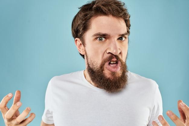 Een jonge man met een baard in een t-shirt