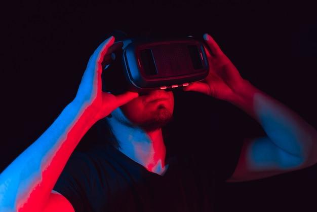 Een jonge man met een high-tech virtual reality-bril