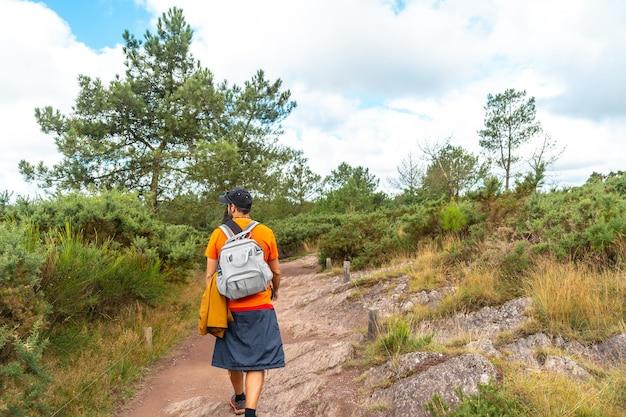 Een jonge man op het voetpad in het bos van broceliande, frans mystiek bos gelegen in het departement ille-et-vilaine, bretagne, in de buurt van rennes. frankrijk