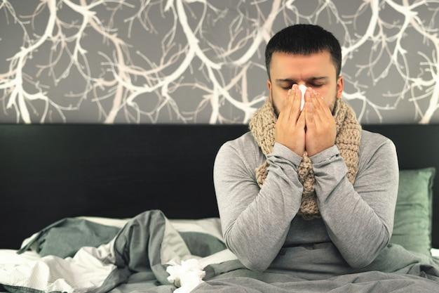 Een jonge man wordt thuis ziek behandeld.
