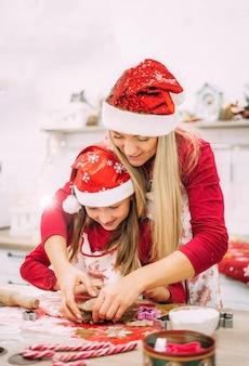 Een jonge moeder en haar tienerdochter staan in de keuken