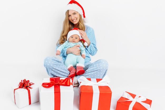 Een jonge moeder geeft op eerste kerstdag een geschenk aan een pasgeboren kind