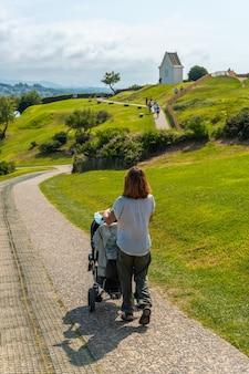 Een jonge moeder loopt haar zoon op het pad in het natuurpark van saint jean de luz genaamd parc de sainte barbe, col de la grun in het franse baskenland