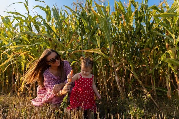 Een jonge moeder met een kind dat bij een grootmoeder en grootvader op een boerderij rust.