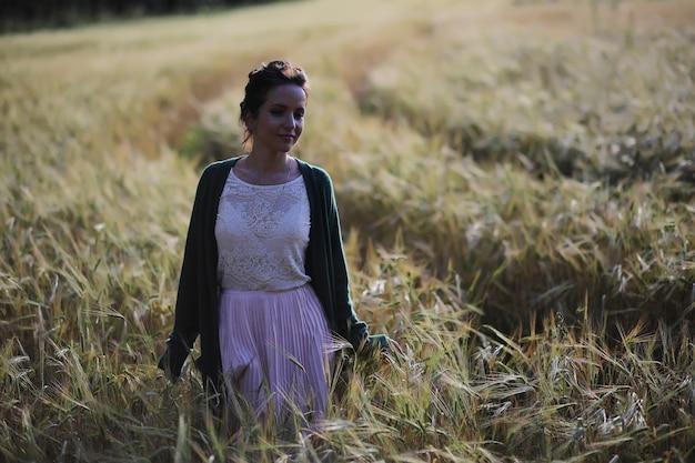 Een jonge moeder met haar dochter op een wandeling in korenvelden