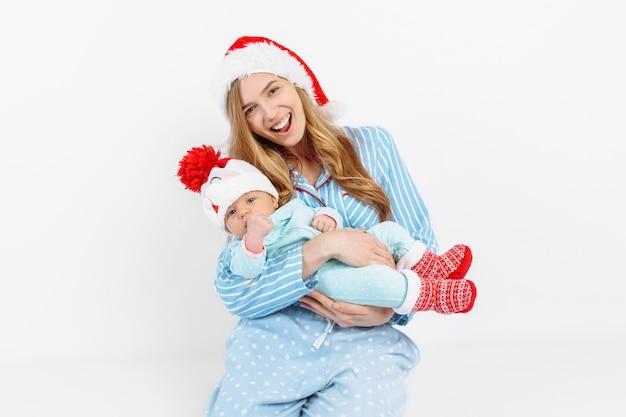 Een jonge moeder op eerste kerstdag met een pasgeboren kind