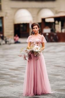 Een jonge mooie bruid staat in het centrum van de oude stad florence in italië
