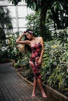 Een jonge mooie brunette poseren tussen dichte struikgewas van jungle en regenwoud. spa