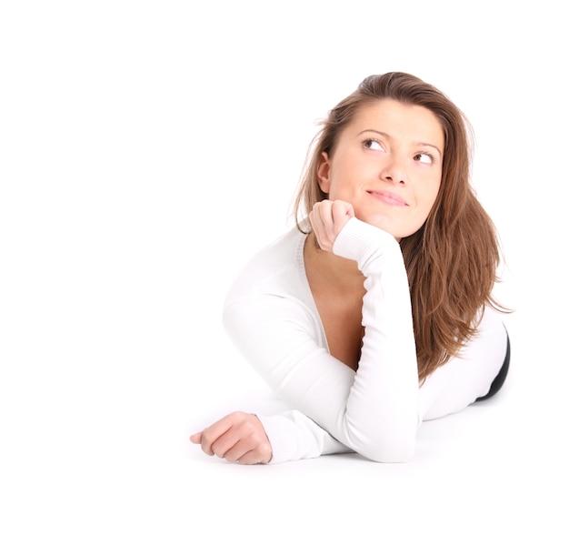 Een jonge mooie vrouw verloren in haar gedachten over witte achtergrond white
