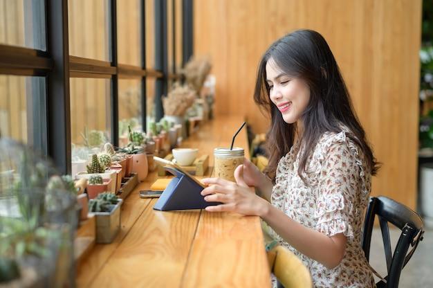 Een jonge mooie vrouw werkt in de coffeeshop
