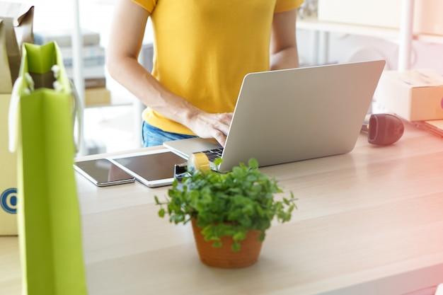 Een jonge ondernemer die met haar online zaken werkt