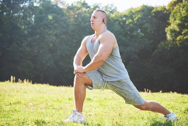 Een jonge sportman die zich klaarmaakt voor atletiek- en fitnesstraining buitenshuis.
