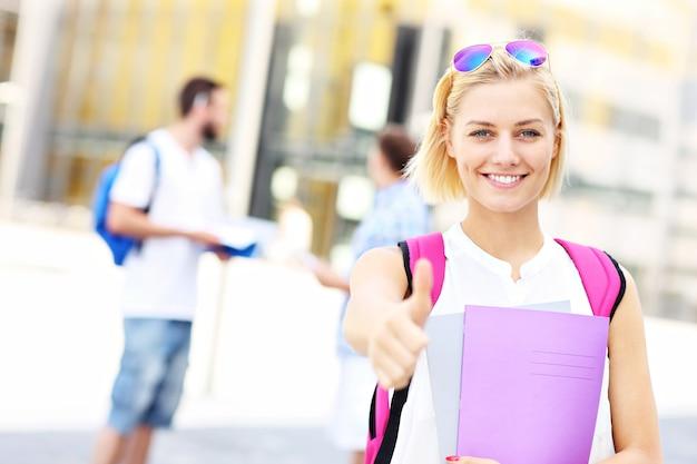 Een jonge student die een goed teken op de campus laat zien