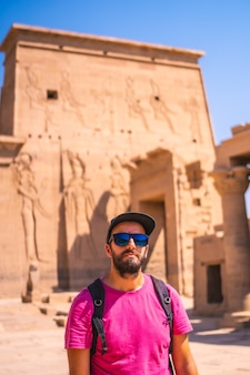 Een jonge toerist die de tempel van philae bezoekt zonder mensen, een grieks-romeinse constructie, een tempel gewijd aan isis, de godin van de liefde. aswan. egyptische