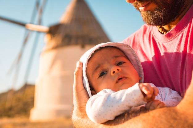 Een jonge vader geniet met zijn zoon in het natuurpark van cabo de gata, molen in de stad san jose, almeria
