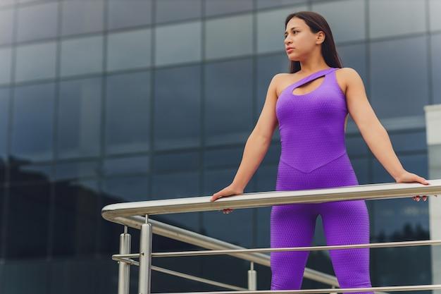 Een jonge vrouw bereidt zich voor op buitensporten.