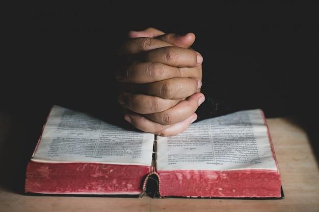 Een jonge vrouw bidt voor gods zegeningen met de kracht en kracht van het heilige.