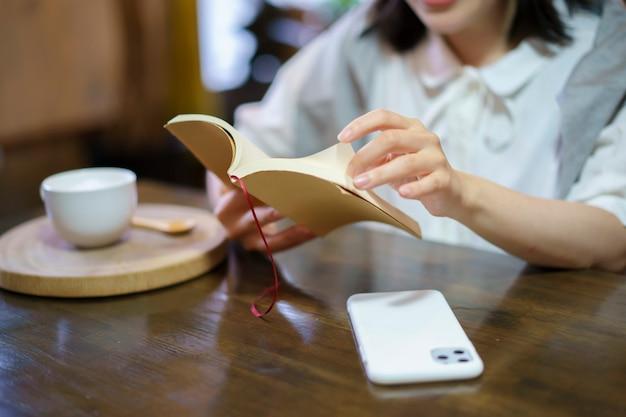 Een jonge vrouw die een boek leest in een ontspannen sfeer