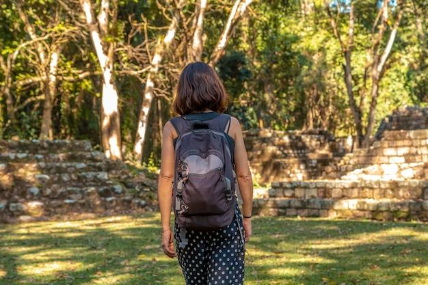 Een jonge vrouw die geniet van de tempels van copan ruinas